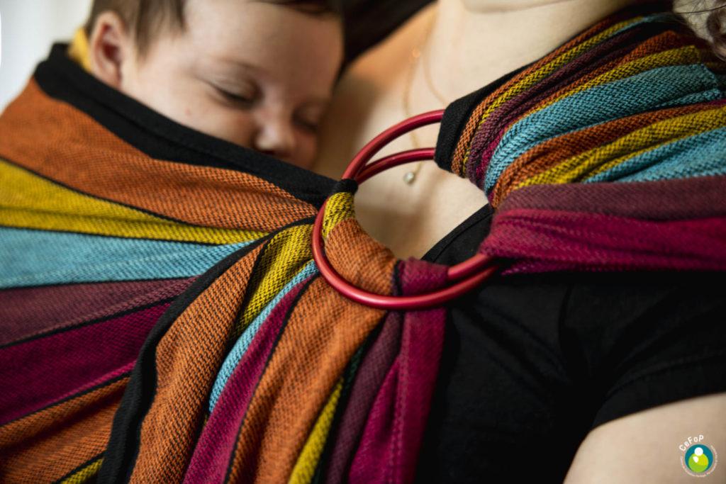 bébé endormi contre sa maman en ring sling